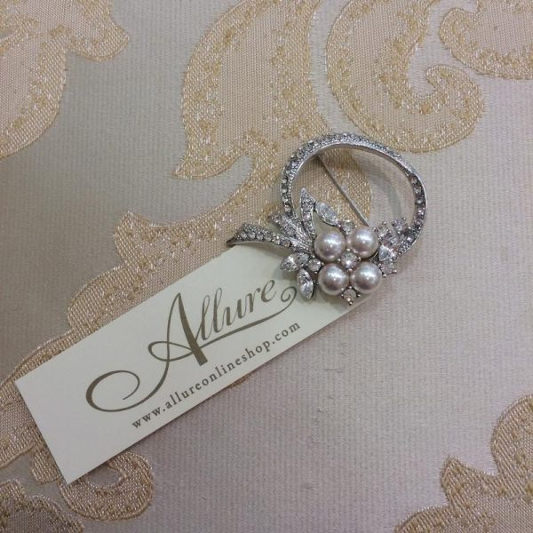 EXQUISITE PEARL AND CRYSTAL BROOCH